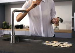 Wenn die Hände voller Nudelteig sind, ist eine Armatur praktisch, die sich per Ellenbogen bedienen lässt.