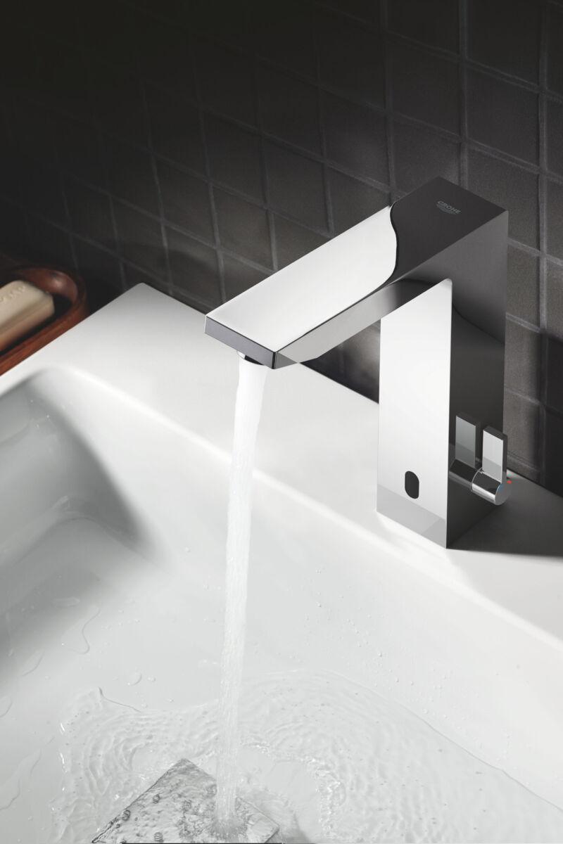 Kontaktlose Badarmaturen mit Infrarotsensor gibt es in verschiedenen Designs, hier modern kubistisch.