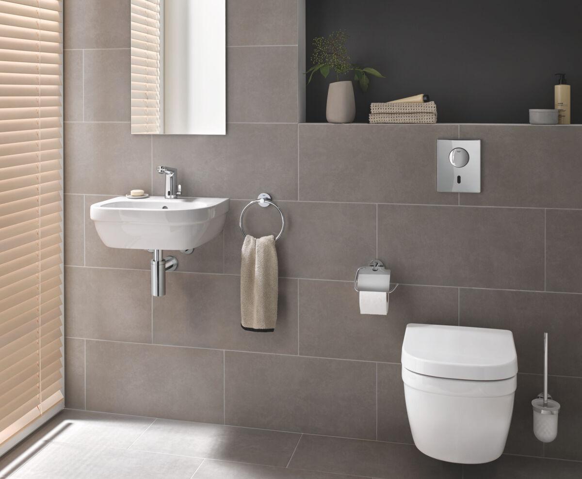 Bei einem kontaktlosen WC muss man die Spülplatte nicht berühren, damit das Wasser fließt. Die Spülung wird über einen Sensor gesteuert.